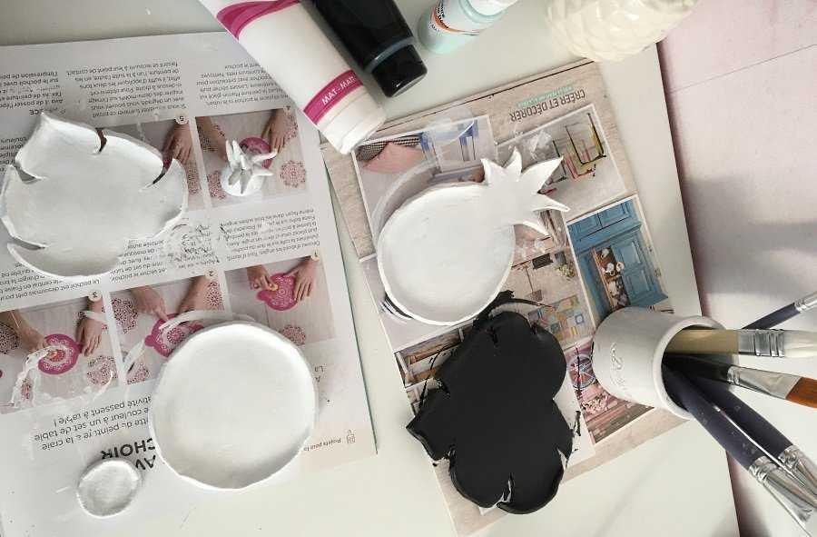 Medium peindre les coupelles en noir et blanc